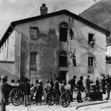 Un'esercitazione dei pompieri della Pubblica Assistenza della Briglia nella piazza del paese, anni Dieci